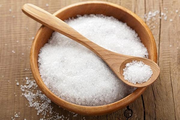 морская соль в миске