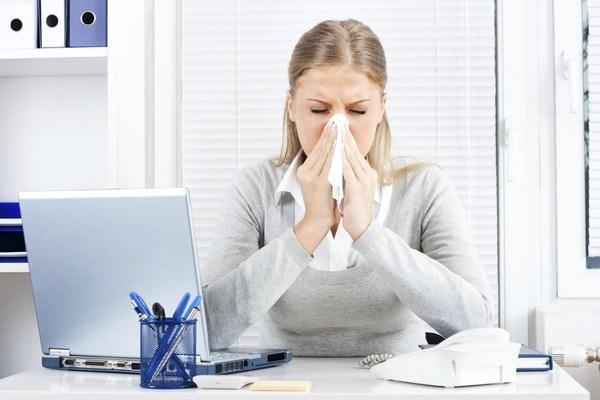 простуда у женщины на работе