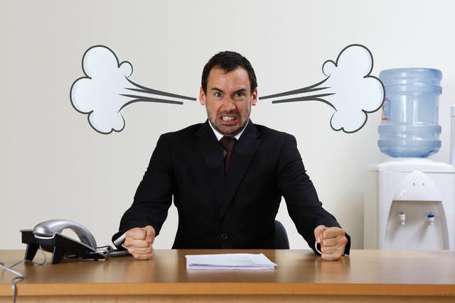 злой мужчина на работе
