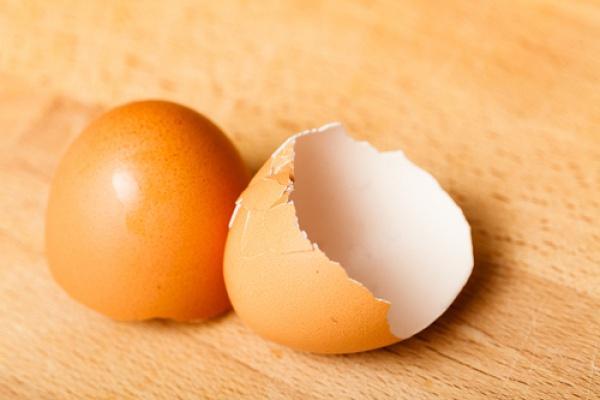 яичная скорлупа на столе