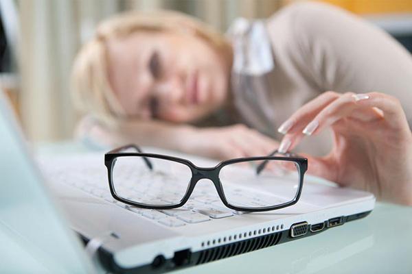 у женщины плохое зрение