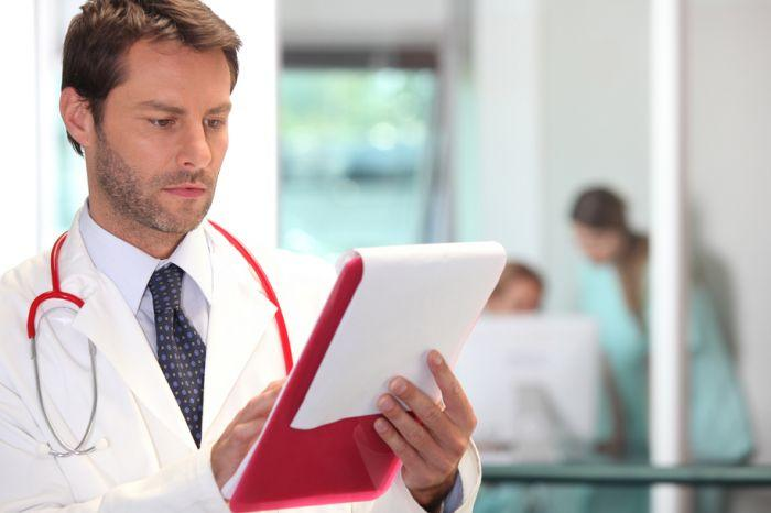 врач читает документ