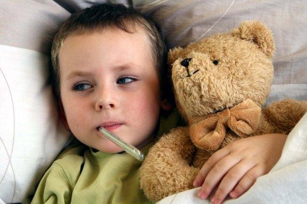 ребенку меряют температуру