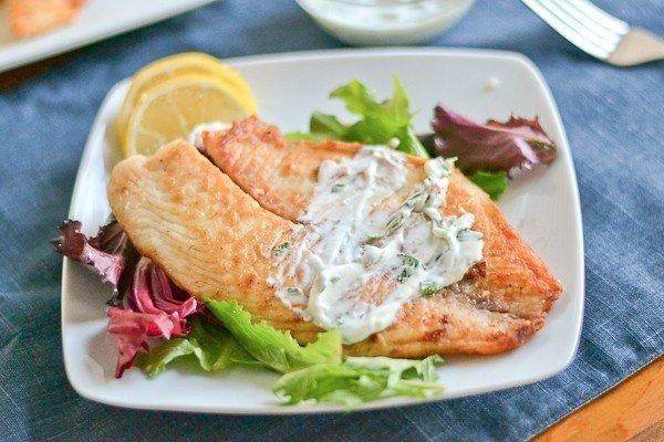 запеченная рыба с соусом и зеленью