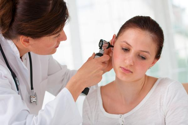 лор осматривает ухо пациента