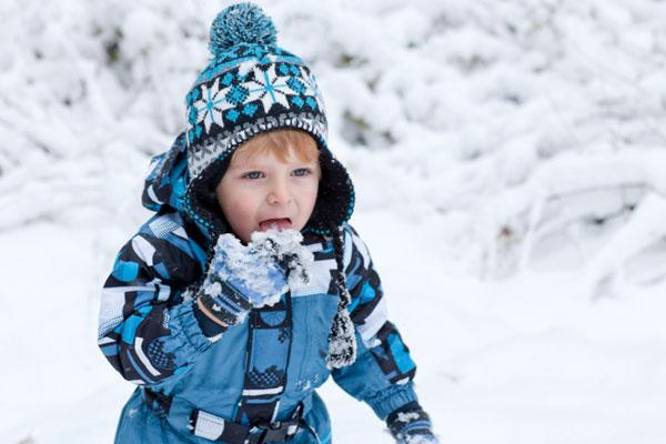 ребенок ест снег