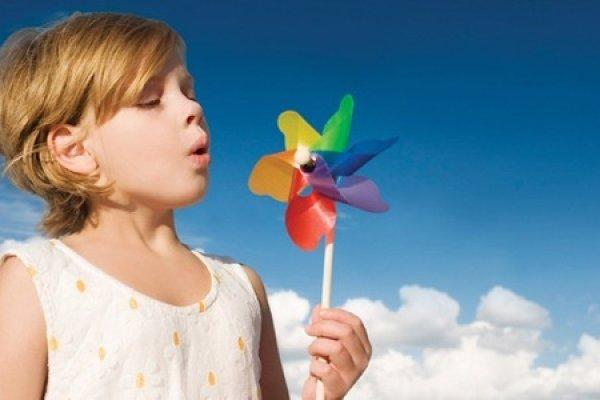 ребенок дышит на свежем воздухе