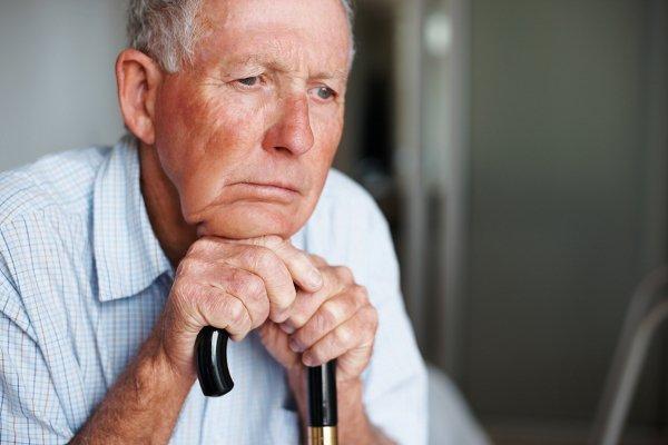 пожилой мужчина с палочкой