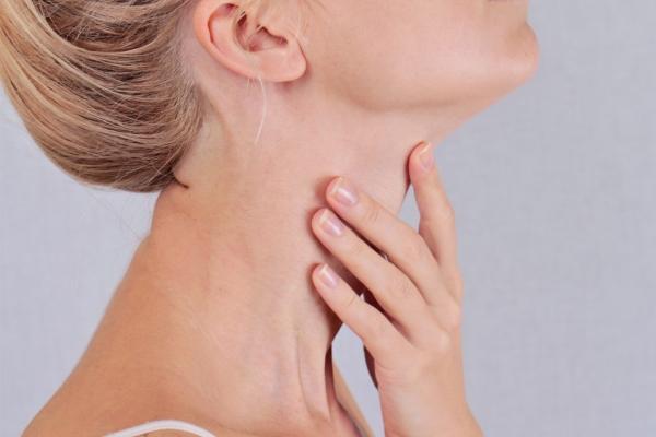 девушка трогает свое горло