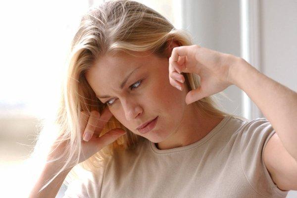 закладывает уши у девушки