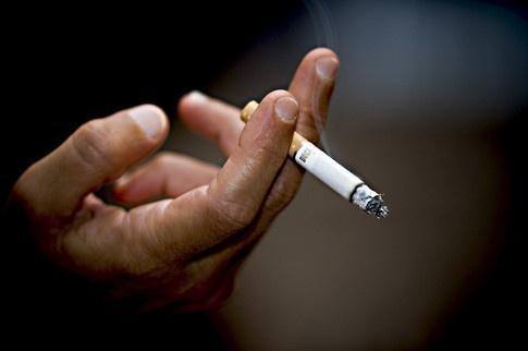 мужчина с сигаретой