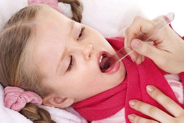 ребенку смотрят горло