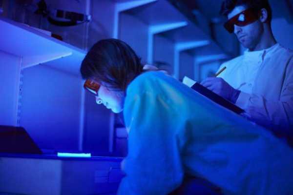 процесс облучения глотки ультрафиолетовыми лучами