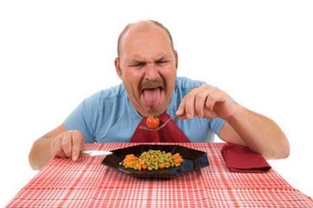 мужчина кушает еду