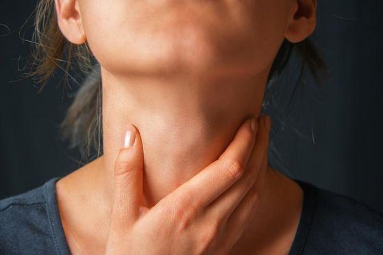 давит горло у женщины