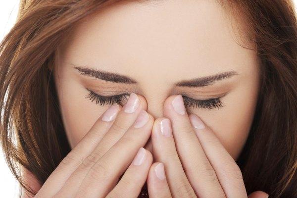 у девушки болят глаза