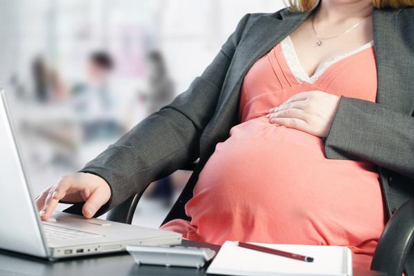 беременная девушка на работе