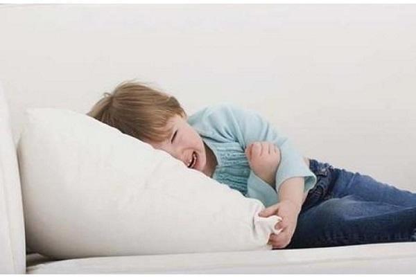 ребенок плачет на кровати