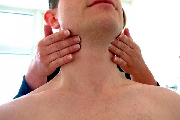 мужчине трогают шею