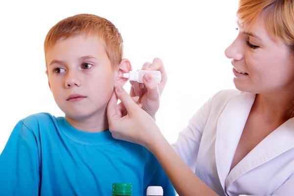 мальчику закапывают ухо
