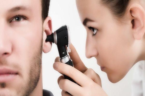 осмотр уха
