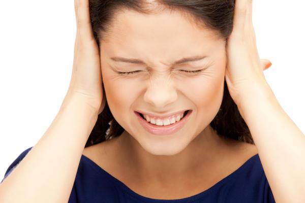шум в ушах у женщины