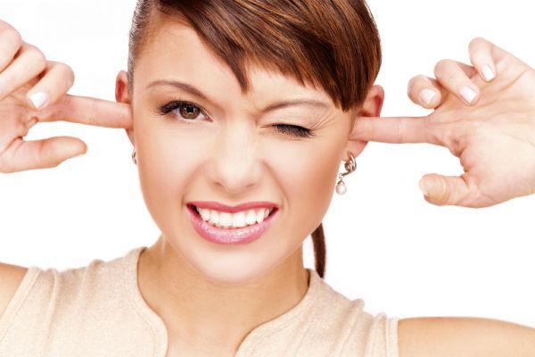 девушка с пальцами в ушах