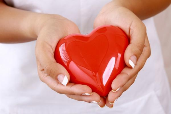 фигурка сердца в руках