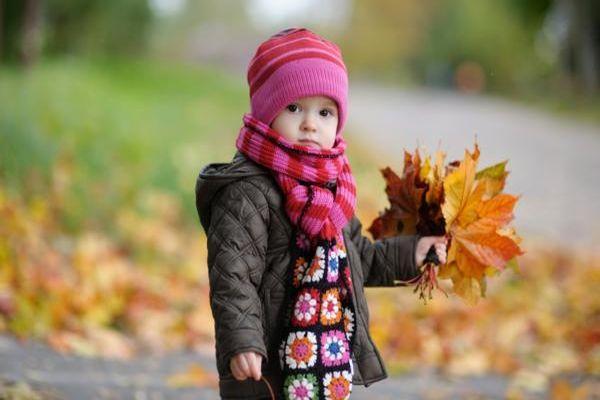 девочка с листиками