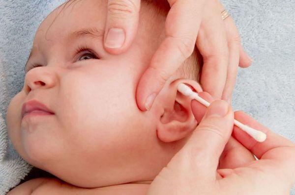 Чистка ушей ребенка