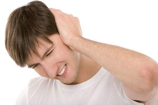 болит ухо у мужчины