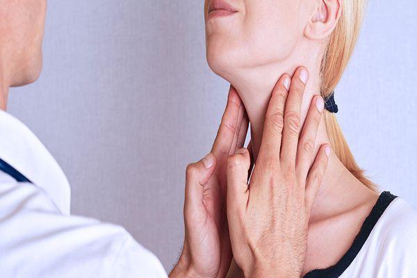 женщине трогают горло