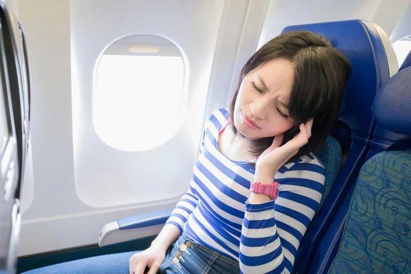 Почему закладывает уши в самолете при посадке
