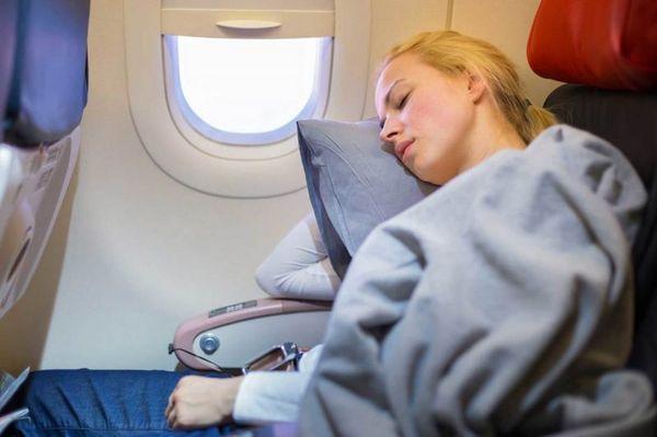 Спящая в самолете
