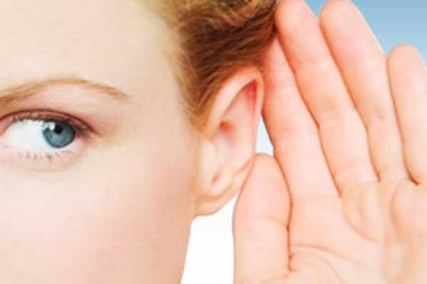у девушки плохой слух