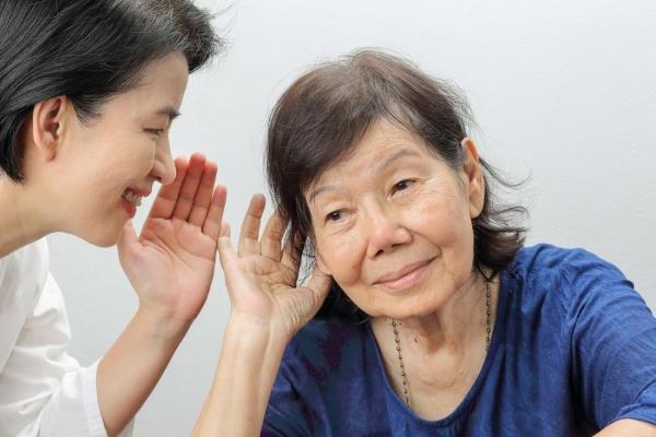 у женщины плохой слух