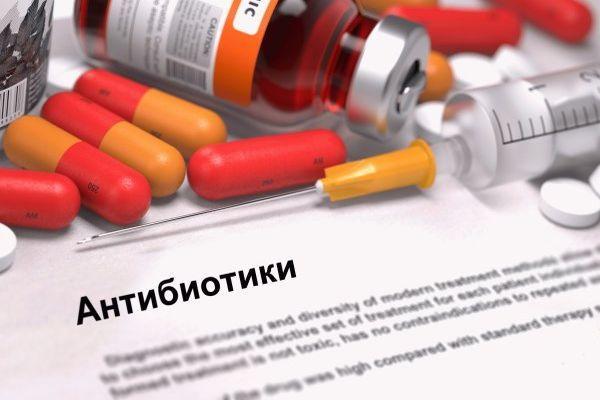 антибиотики и шприцы