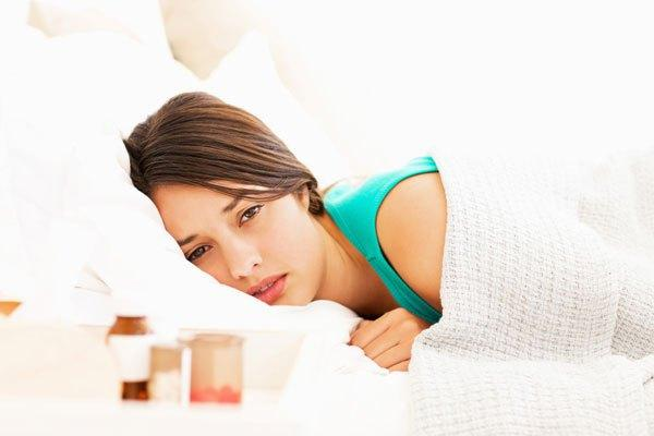 девушка уставшая в кровати