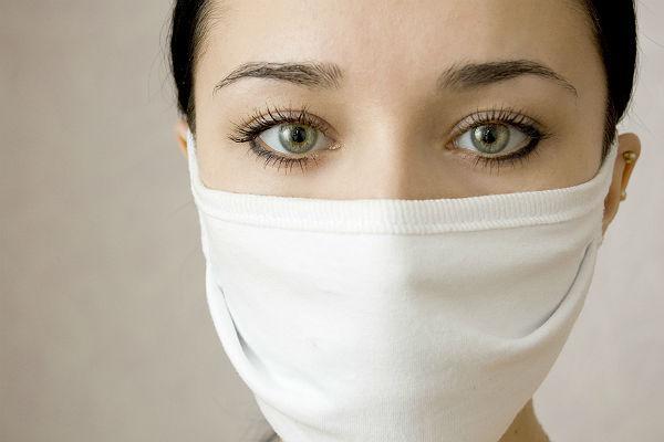 девушка в маске от гриппа