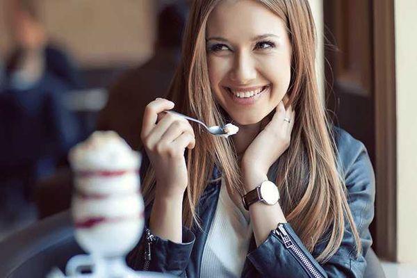 мороженое ест девушка