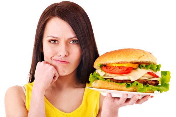 девушка кушает фаст фуд