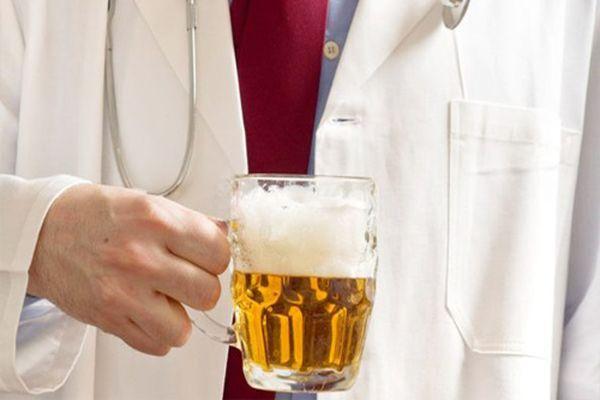 врач с пивом