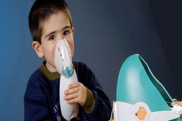 мальчик лечит горло