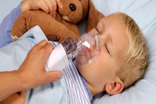 мальчик дышит небулайзером