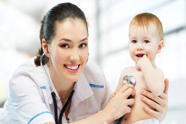 малыш с врачом
