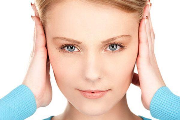 у женщины закладывает уши