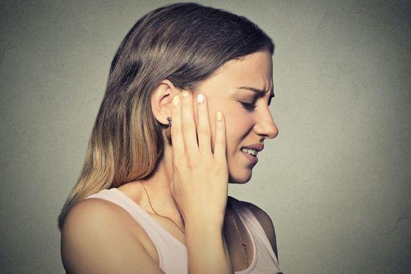 резкая боль в ухе