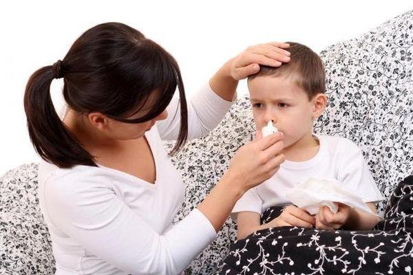 мама капает мальчику нос