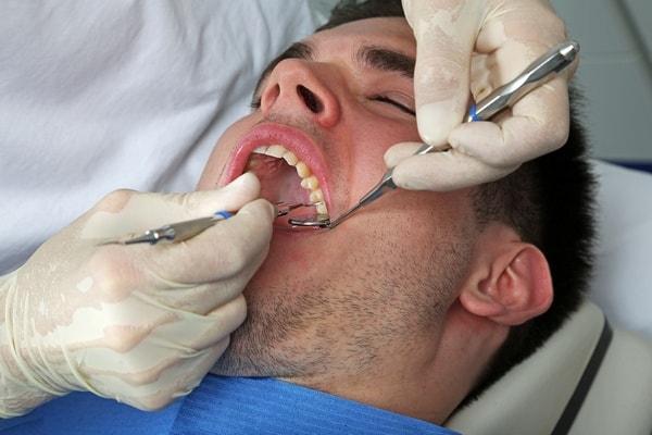мужчина у стоматолога