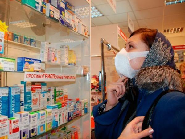 больная девушка в аптеке